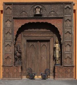 Portale indiano in legno di teak intagliato