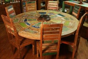 Tavolo rotondo in legno di teak recuperato dalle cecchie barche e mozzo di ruota antica
