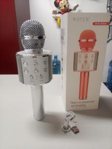 Microfono senza fili fornito di ( altoparlante esterno, karaoke,bluetooth,sperimentazione sul karaoke mentre si ascolta si puo' anche cantare.Sull'acquisto di 2 microfoni la spedizione e gratuita. i microfoni sono di vari colori ( ROSA GOLD,PINK,SILVER,BLUE,GOLD.