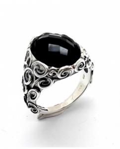 Anello in argento finemente lavorato con pietra naturale.