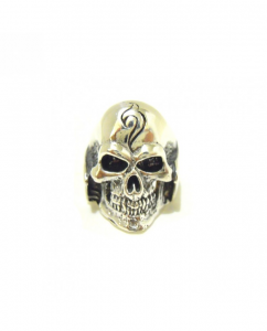 Anello in argento a forma di teschio.