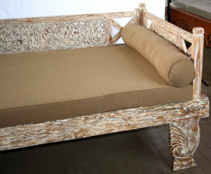 Day bed in legno di teak indonesiano con intagli floreali white wash