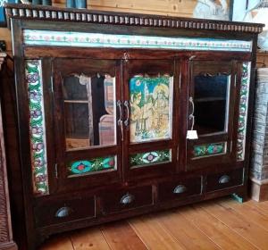 Buffet antico indiano in legno di teak con piastrelle e vetro dip+C135into