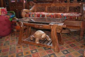 Tavolino Thai con base mangiatoia antica e gambe giogo aratri in teak