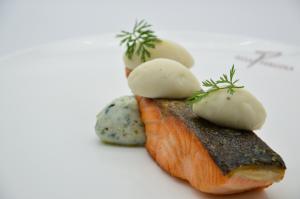 Salmone scozzese, ortaggi e gnudi
