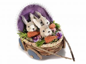 Coniglietti in fibra naturale nella carrozzina Pasqua