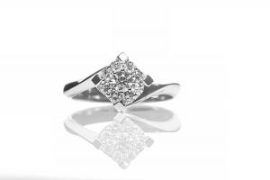 Solitario in oro bianco con diamante taglio brillante modello Valentine composto con 9 diamanti