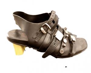 Sandalo donna |in pelle nera |con tacco foderato in pelle giallo fluo |dettagli di fibbie in acciaio| altezza tacco 5 cm | Made in Italy