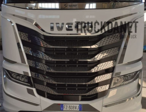 IVECO S WAY Profilo anteriore in acciaio lucido sopra la griglia del radiatore