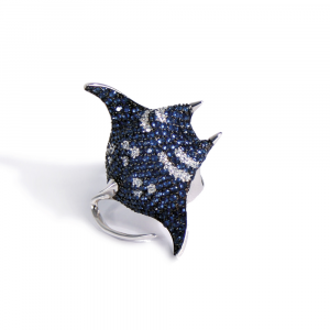 Anello design manta in argento e pavé di zirconi nei toni del blu