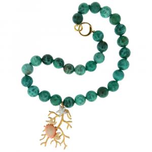Collana in argento con sfere di agata verde, ramo di corallo e granchio