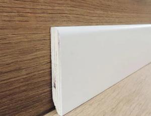 Battiscopa in Legno Ajous Liscio Laccato Bianco  - DIMENSIONI: 7X1cm - Altezza: 2,40mt