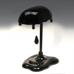 Lampada Led da tavolo Magma in resina nera lucida decorata a mano Made in Italy