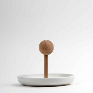 Centrotavola svuota-tasche in ceramica opaca bianca e faggio
