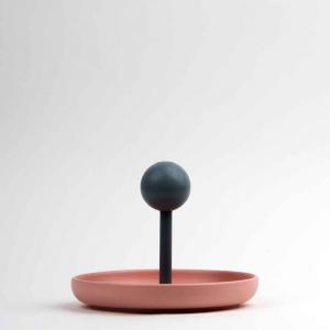 Centrotavola svuota-tasche in ceramica opaca rosa e faggio