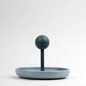 Centrotavola svuota-tasche in ceramica opaca grigia e faggio