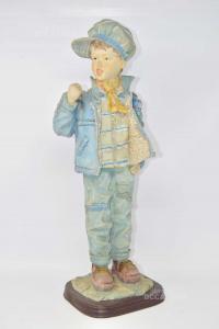 Statua Bambino In Plastica Su Base In Legno Altezza 50 Cm