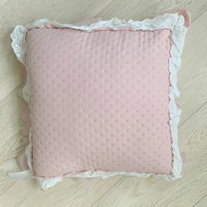 Cuscino con pizzo e volant rosa