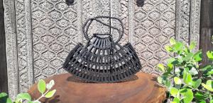 Borsa in legno di bambù color nero traforata