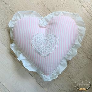 Cuscino cuore con pizzo e volant riga rosa