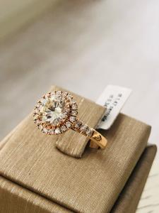 Anello solitario in oro rosè con diamanti