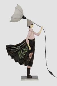 Lampada Skitso in legno con abiti inamidati Little Girl Luhan Gold