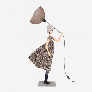 Lampada Skitso in legno con abiti inamidati Little Girl Eleni