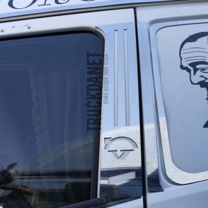 Piantoni portiera con decorazione Freccia. Ideati per camion VOLVO FH4.