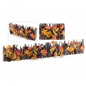Staccionata in legno con bacche zucche e fogli autunnali