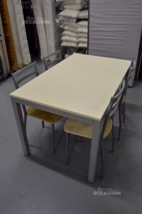 Tavolo Bianco Con 4 Sedie In Metallo E Paglia