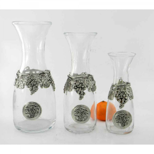 Caraffa in vetro e peltro con grappoli d'uva