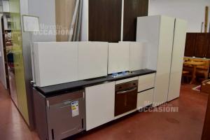 Kitchen Lineare White Veneta Cucine New + Elettrodomestici And Floor In Granito Black
